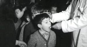 administrando la vacuna polio